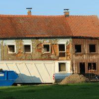 Wir übernehmen die Abbrucharbeiten für alte Gebäude: fachkundige Planung für einen sicheren Gebäudeabriss inklusive fachgerechter Entsorgung der Abbruchabfälle.